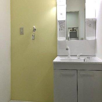 優しい色合いの洗面台スペース。