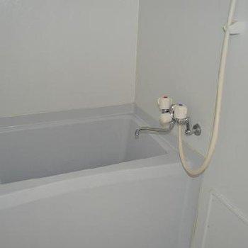 お風呂はコンパクト、、、※写真は別のお部屋です