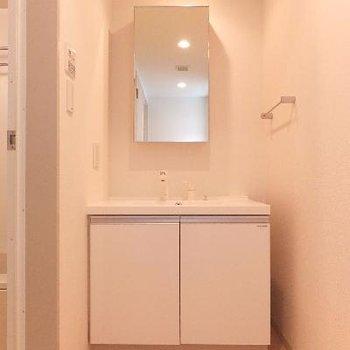 洗面台前には広めのスペースがあります。