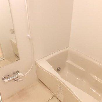 お風呂には浴室乾燥機ついています!お部屋の窓付近にも部屋干し用器具あり!