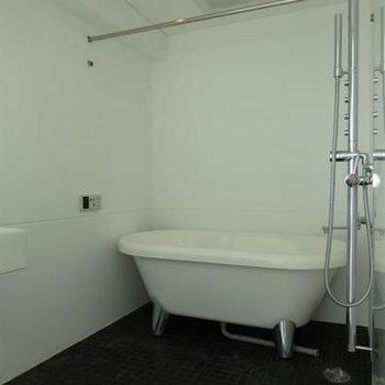 お風呂は黒のタイルでアクセント。