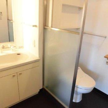 トイレは空間で仕切られていますね