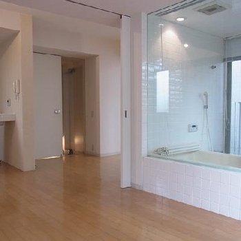 ガラス張りのお風呂です。※写真は別のお部屋です