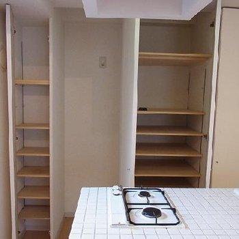キッチン裏も収納が沢山※写真は別のお部屋です