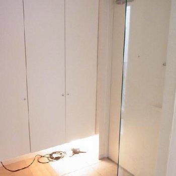 玄関は足元に照明が仕込まれてます。※写真は別のお部屋です