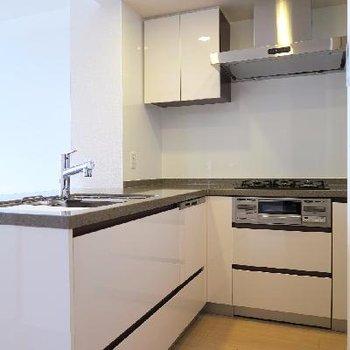 L字型の存在感のあるキッチン。
