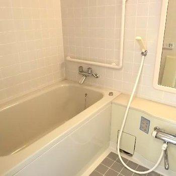 お風呂。鏡が大きい。追い焚き付きです。
