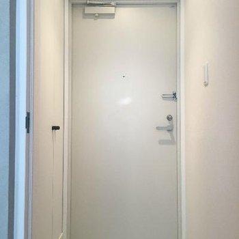 玄関はフラットでキレイです!シューズボックスも完備