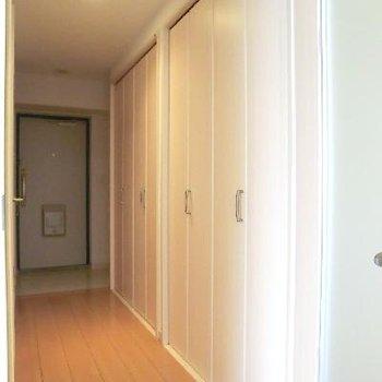廊下部分にも沢山の収納!靴箱も両側にあります。