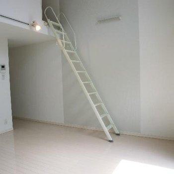 こちらの階段でアップフロアへ
