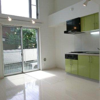 キッチンは二口コンロ、黄緑。