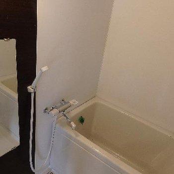 お風呂も足を伸ばすのは難しそうかも…