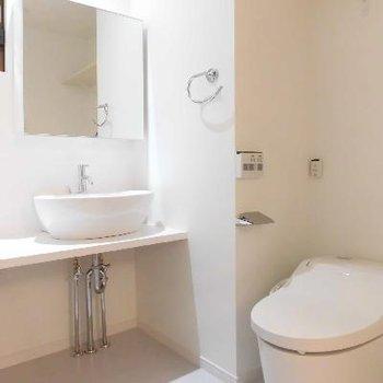 自動で開くトイレは最新式!洗面台はシンプルに