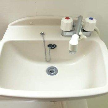 普通サイズの洗面台です