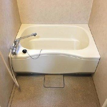 お風呂に鏡はありませんが窓があります