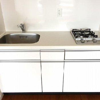 キッチンは2口コンロ。作業スペースもばっちり