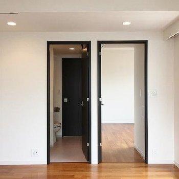 左が水回り、右が寝室へのドア