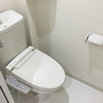 トイレはスライドドアで個室の空間