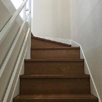 階段は木目調で白いお部屋に似合います。