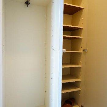 玄関横に下駄箱と収納も!