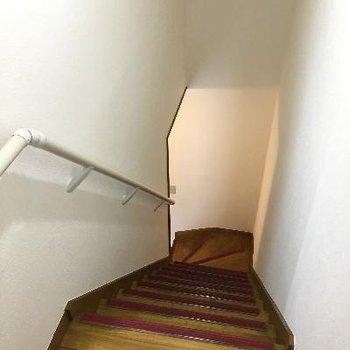 階段は少し急です、手すりがあるので安全。