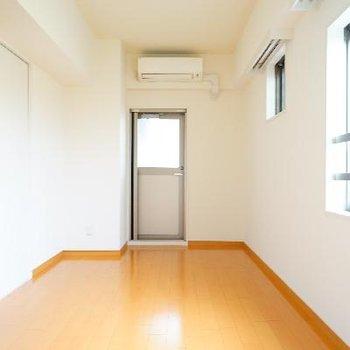 2面採光で明るい居室!