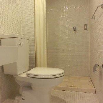 トイレとの仕切りはカーテン※画像は4階