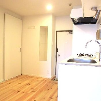キッチン後ろはこんなに広々!棚などおけますよ♪