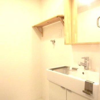 その横には洗濯機置き場。棚までウッド◎