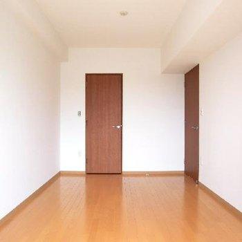 寝室逆アングルです。左の扉はウォークインクロゼット◎
