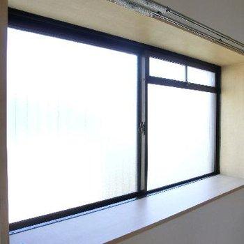 この出窓が広さを倍増させる!