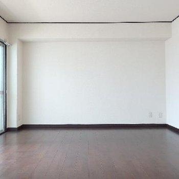 真っ白な壁と落ち着いた床の配色。