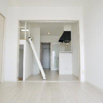 白のすっきりしたお部屋。