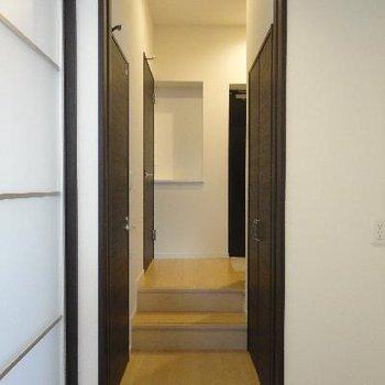お部屋から玄関への通路。