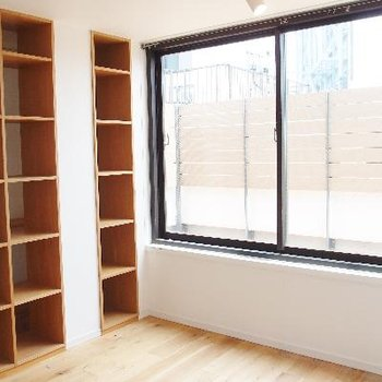 5階にも大きな窓。棚はいろんな使い方が出来そう。