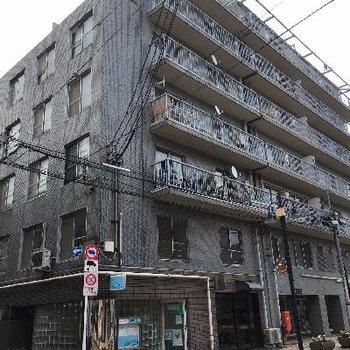 交差点近くにあるマンションです。
