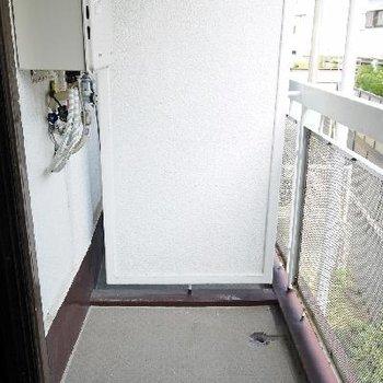 窓を開けるとベランダからの風がお部屋に入ってきます