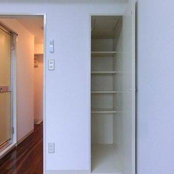 棚つきの収納もあります。※写真は別のお部屋です