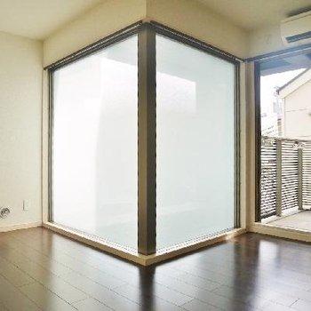 明り取り窓をお部屋が囲みます。