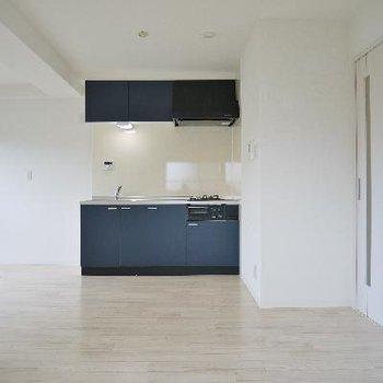 ブルーのキッチンが差し色になって清々しいリビング