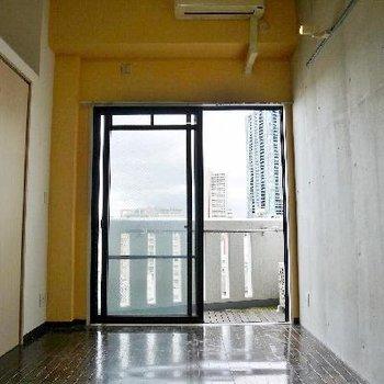 黄色と側面はコンクリート打ちっぱなし。
