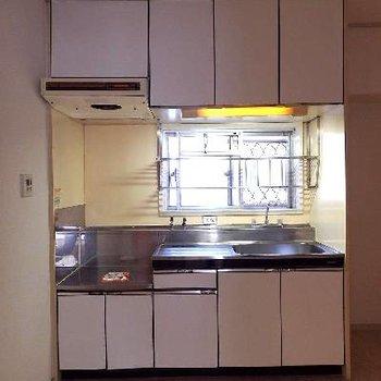 キッチン周りにもこんなに収納が!小窓もついていてうれしい。
