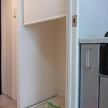 ロールスクリーンで洗濯機も目隠し。