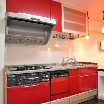 赤が冴える3口ガスシステムキッチン。