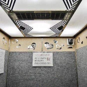 エレベーターにハートの装飾。