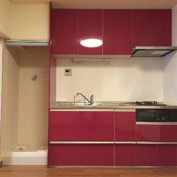 目を引く赤いキッチン
