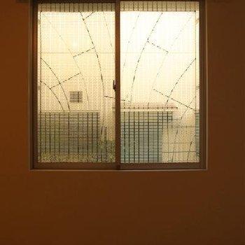窓枠の柄がメルヘンです