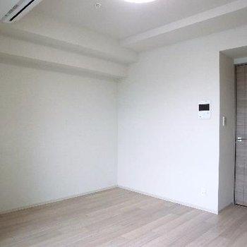 ダークブラウンのドア以外は、真っ白。