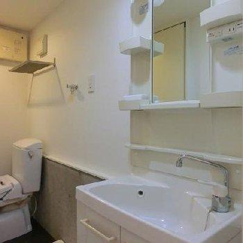 独立洗面台が嬉しいですね。*写真は別部屋です。
