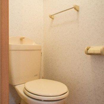 トイレの上には収納棚付き